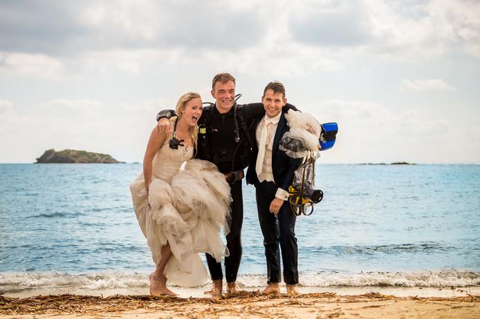 Een duik in zee bij Ibiza met je trouwkleding aan.