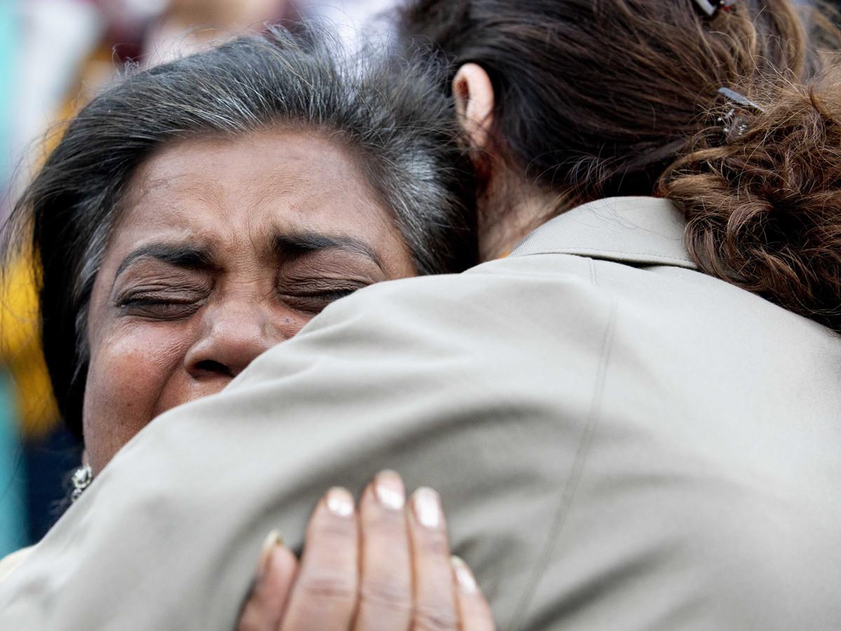 Burgemeester Femke Halsema troost een geëmotioneerde vrouw op de Dam bij de wake voor de slachtoffers van de aanslagen in Sri Lanka.
