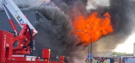 Ontploffingsgevaar bij zeer grote brand bij transportbedrijf in Hapert