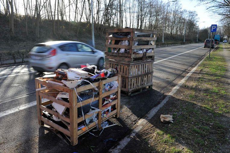 Deze bakken gevuld met afval staan langs de Verbindingsweg in Kapelle-op-den-Bos.