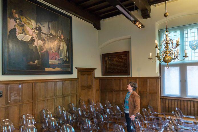 Het originele schilderij 'Het oordeel van graaf Willem de Goede' (foto) is in het Oude Stadshuis van de muur gehaald voor een expositie in Belgie en vervangen door een kopie.