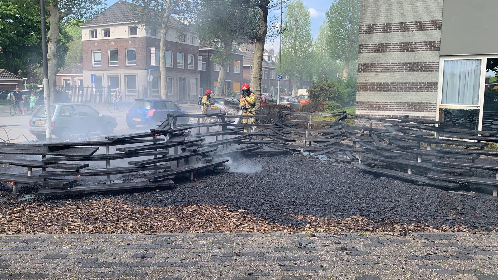Bankjes in de Frankrijkstraat in brand gevlogen.