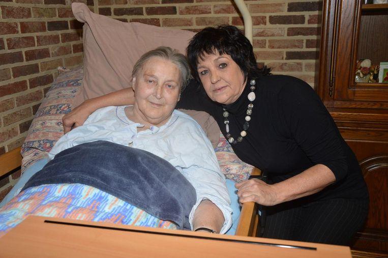 Bea (rechts) verzorgt haar moeder Maria, die al maanden ziek te bed ligt.