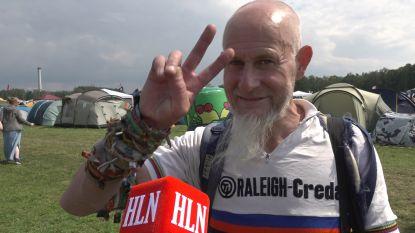 """'Festivalman' Roger showt festivalbandjes op Graspop: """"Ik denk dat ik tussen de 140 en de 170 zit"""""""