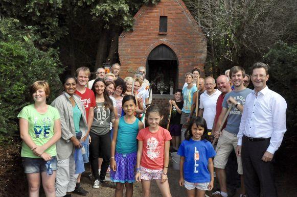 De vrijwilligers die het kapelletje opnieuw vrijmaakten.