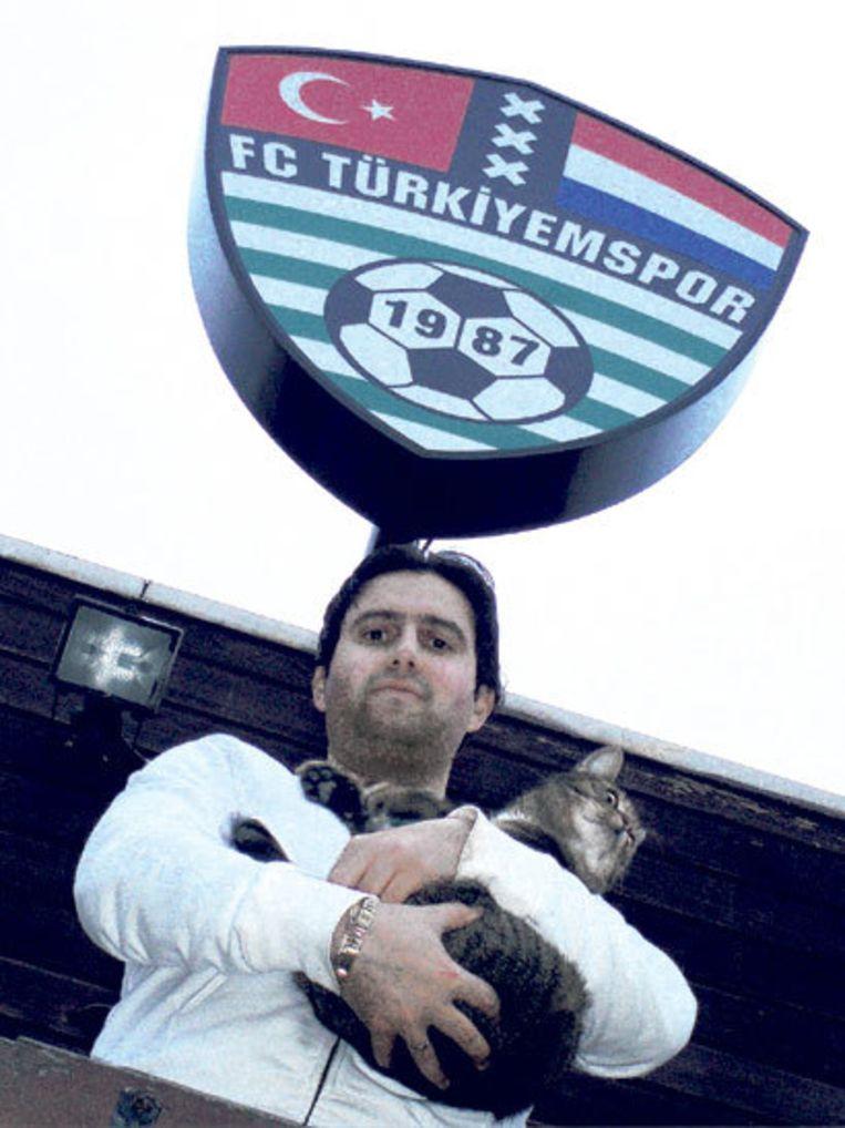 Clubman Tarik Sahbaz met de kat die zich vier keer bij het clubhuis meldde. Foto Edwin Schoon. Beeld