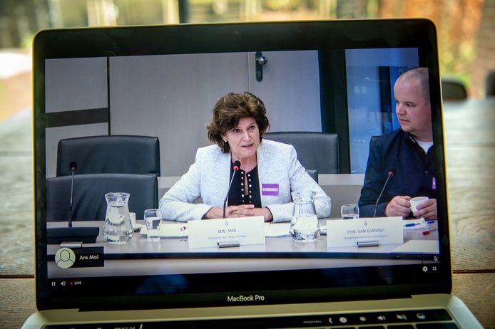 Wethouder Ans Mol spreekt in tijdens het rondetafelgesprek over granuliet in Den Haag.