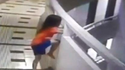 Meisje valt elf verdiepingen naar beneden tijdens slaapwandeling