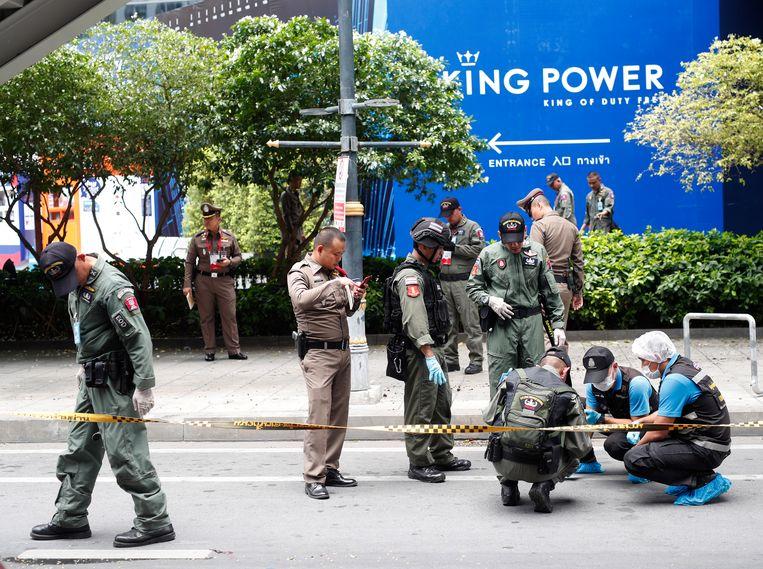 Politieagent onderzoeken de plaats van een explosie in Bangkok.