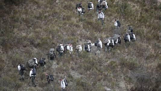 Franse reddingswerkers onderweg naar het neergestorte vliegtuig.