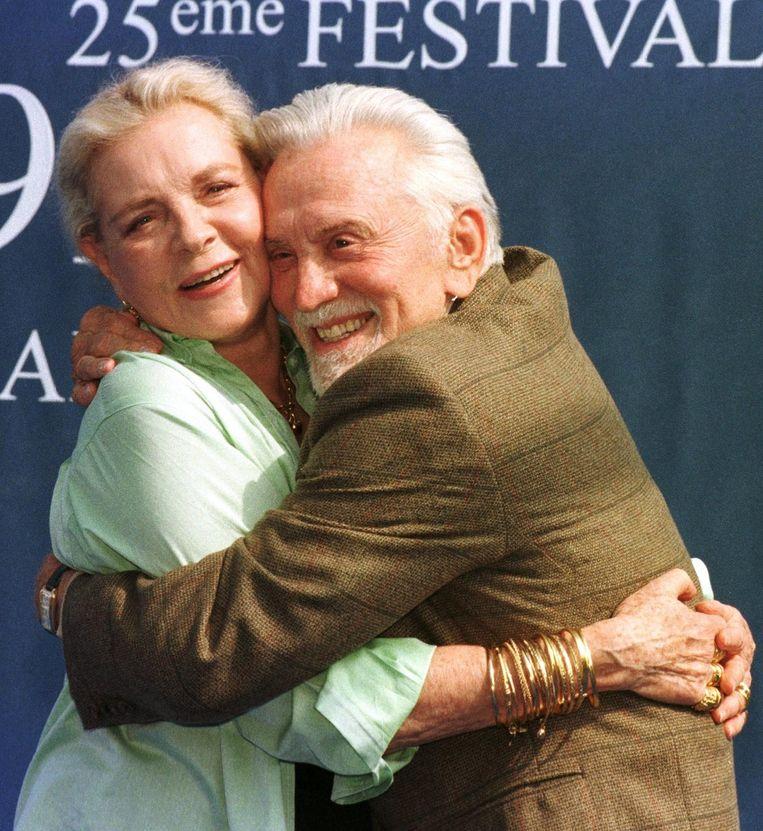 1999, met Kirk Douglas op het filmfestival van Deauville ter promotie van 'Diamonds'. Beeld afp