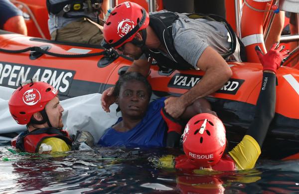 **Twee vrouwen en een peuter dood gevonden op gezonken rubberboot, een derde vrouw overleefde**