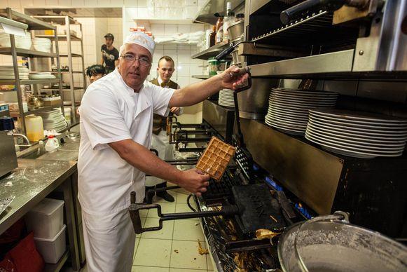 Yves Van Maldeghem in de weer met zijn wafelijzers, in zijn zaak aan het Gouden Leeuwplein.