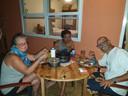 Van links naar rechts: Odette, zoon Jerom en Hank genieten dinsdag van een, waarschijnlijk, laatste avondmaal op Roatán. De krabben vingen ze die dag zelf.