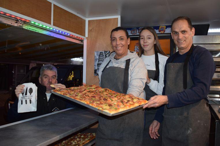 Cindy en Michel samen met dochter Fleur in hun foodtruck. Ex-burgemeester Frank Bruggeman proeft dat het goed is.