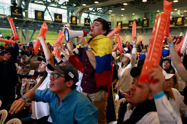 Aanhangers van presidentskandidaat Ivan Duque vieren een feestje. De winst is echter nog niet voldoende, op 17 juni volgt er een tweede ronde. Beeld AFP