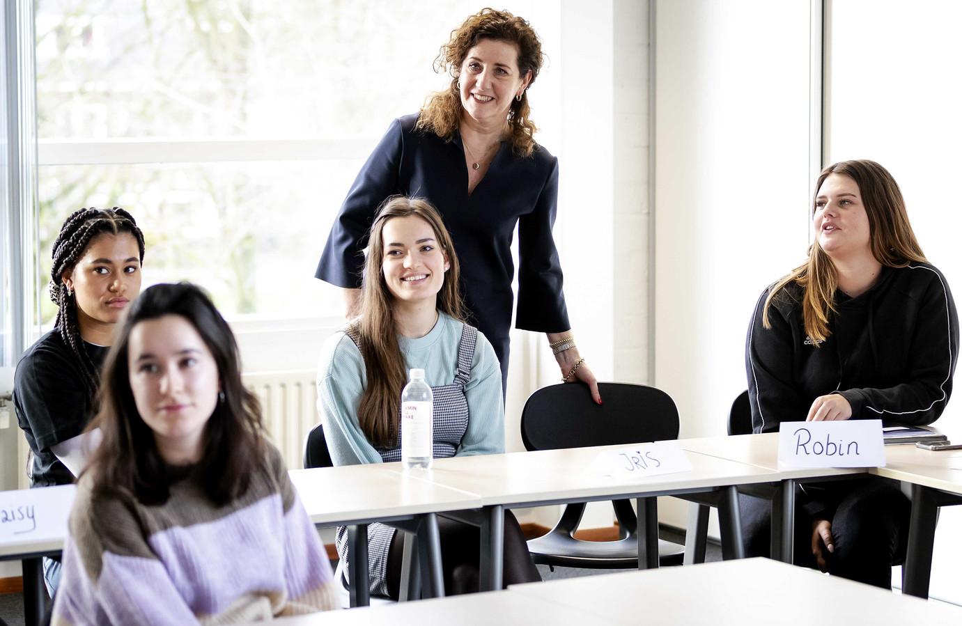Minister Ingrid van Engelshoven van Onderwijs tijdens een werkbezoek op de Marnix Academie, een Pabo in Utrecht.