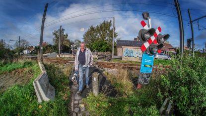 """Bewoners bezorgd om mogelijke sluiting spooroverwegen: """"Ik fiets graag, maar een omweg van 2,5 kilometer is toch veel"""""""