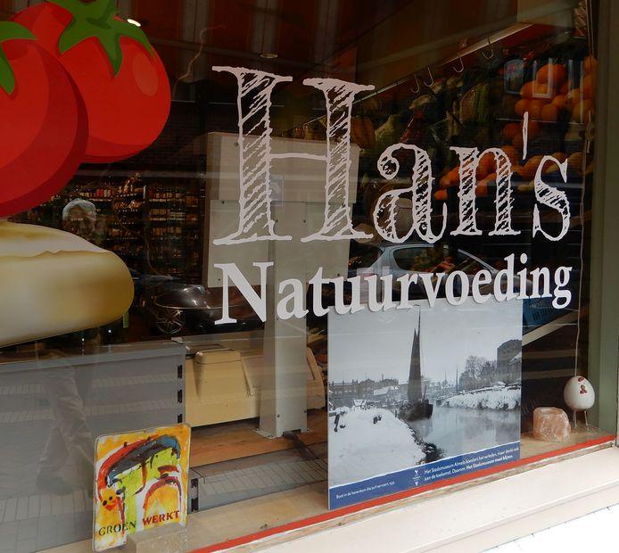 De oude Almelose haven siert de etalage van Hans Natuurvoeding.