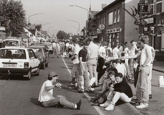 Feest voor de jeugd tijdens de kermis in Reusel (1985).