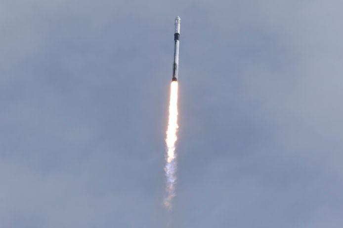 Een SpaceX Falcon 9 raket met de CrewDragon-capsule tijdens een testlancering.