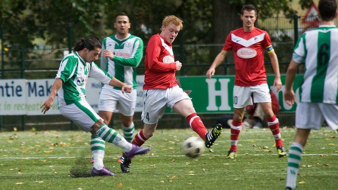 Bram Kruisselbrink voor Silvolde aan de bal tegen FC Presikhaaf.