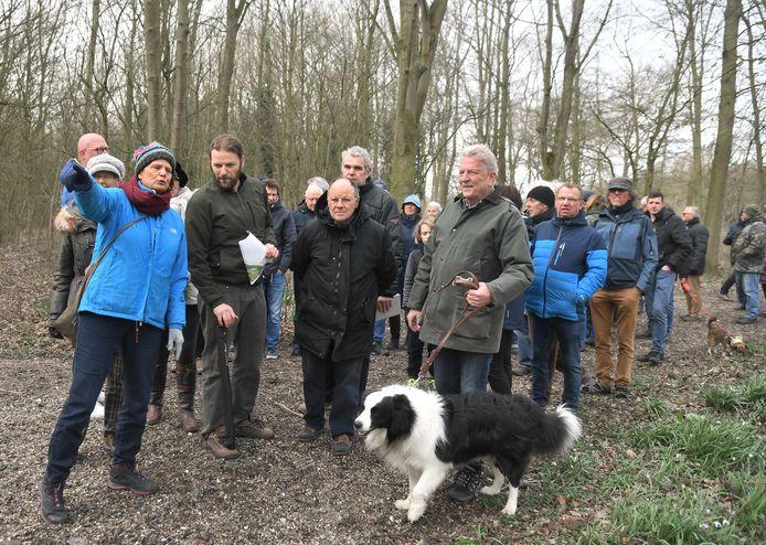 Geïnteresseerden wandelen onder leiding van een gids en begeleid door landscharchitect Jan van Minnebrugge door het Nollebos.