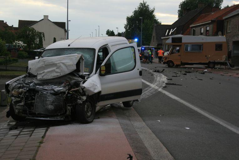 De zwaarbeschadigde bestelwagen, met op de achtergrond de caravan van de rugbyclub.