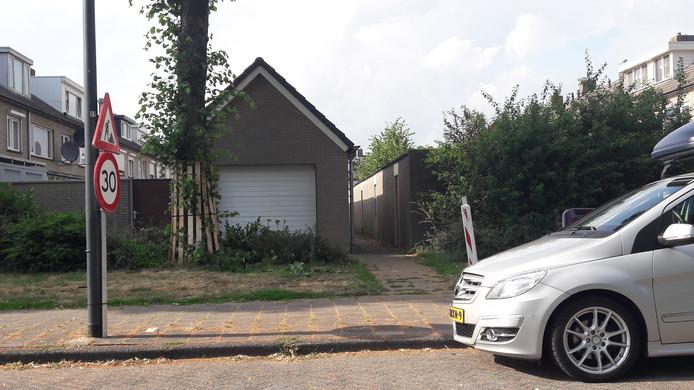 Deze bewoner van de Groen van Prinstererlaan in Waalwijk zou waarschijnlijk ook wel van een van de lindes af willen, aangezien de inrit van deze garage nu nog behoorlijk ingewikkeld is, vanwege de boom en vanwege het plantsoen ervoor ligt ...