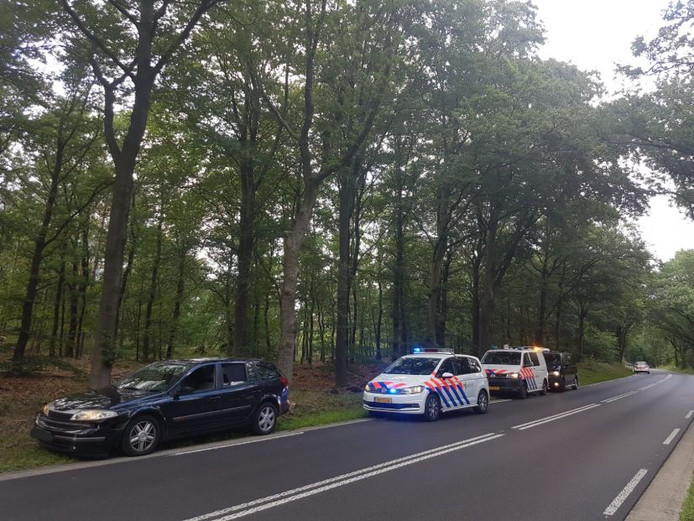 De auto werd klemgereden op de Nunspeterweg.