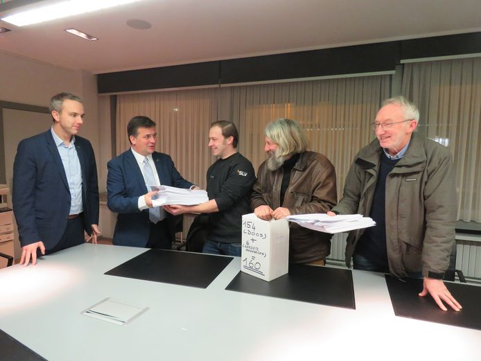 In februari overhandigden Stijn Verschoren, Erwin Ureel en Ricky Arteel van actiecomité Leefbaar Schiervelde al eens 160 bezwaren tegen eenherinvulling van de Creasite aan schepen Tom Vandenkendelaere en burgemeester Kris Declercq.
