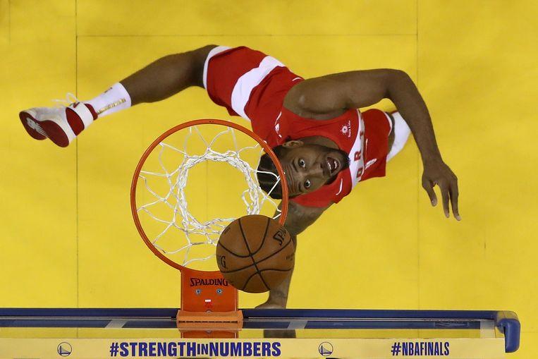 Kawhi Leonard in actie tegen de Golden State Warriors. Beeld AFP