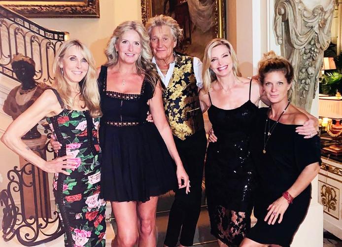 Rod Stewart poseert met vrouw en drie exen op feestje van dochter