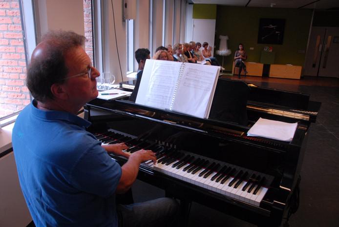 Peter van Beijnum, een van de beoordelaars, achter de piano