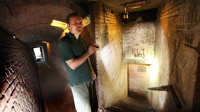 Een van de vrijwilligers die enkele bunkers in Kijkduin heeft helpen restaureren.