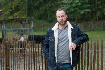 """Paardenboer Stephan uit 'Boer Zkt. Vrouw' ruimt puin na brand: """"Voor meer dan 200.000 euro schade"""""""