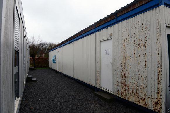 De tijdelijke containerklassen uit de jaren '90 zijn tot op de draad versleten.