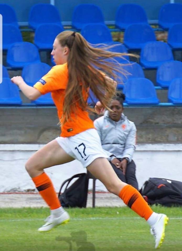 Zera Hulswit in Oranje tenue