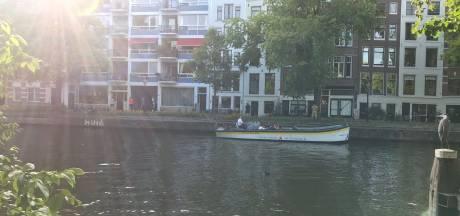 Schipper laat rondvaarttoeristen plassen tegen Amsterdamse gevels: 'Onbegrijpelijk'