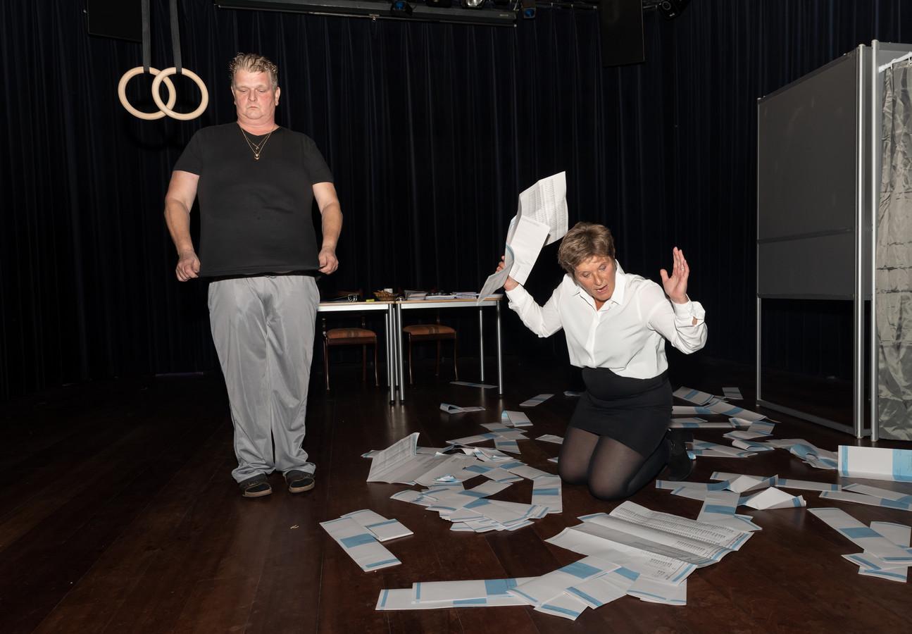 Scène uit de eenakter 'Go vote!' van WDT, met rechts Esther van der Schouw.