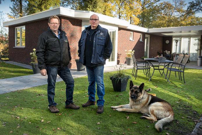 Eigenaar Peter van Erp (links) van recreatieoord Dennenoord in Boxtel en rechts aannemer en bewoner van het chalet Henk Troeijen en hond Boris. Op Dennenoord worden nieuwe stenen bungalows gebouwd.