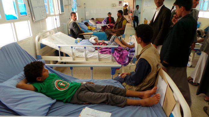 Kinderen die de aanslag hebben overleefd komen bij en sterken aan in het ziekenhuis in Sa'dah, Jemen.
