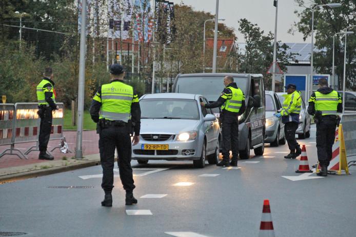 Bestuurders worden gecontroleerd op alcohol tijdens een grote verkeerscontrole in Naaldwijk