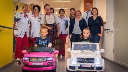 Kids sjezen met roze Range Rover door ziekenhuis