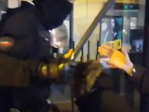 Le journaliste de Brut Rémy Buisine frappé par un policier après l'évacuation d'un campement de migrants à Paris