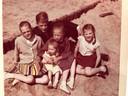 Leo van der Velde met zijn vier zusjes.