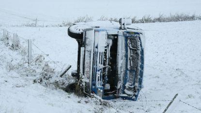 Hinder en ongevallen door sneeuwval: dodelijk accident in Ieper, truck in schaar op E17, vertraging mogelijk op Zaventem