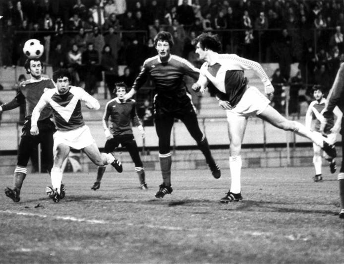 Jan Poortvliet kijkt centraal op de achtergrond toe tijdens het bekerduel PSV - Wageningen (1-6) in het seizoen 1977-1978. Van links naar rechts: Huub Stevens (PSV), Stanley Bish (Wageningen), Jan Poortvliet (PSV), Ernie Brandts (PSV) en Jan Menting (Wageningen).
