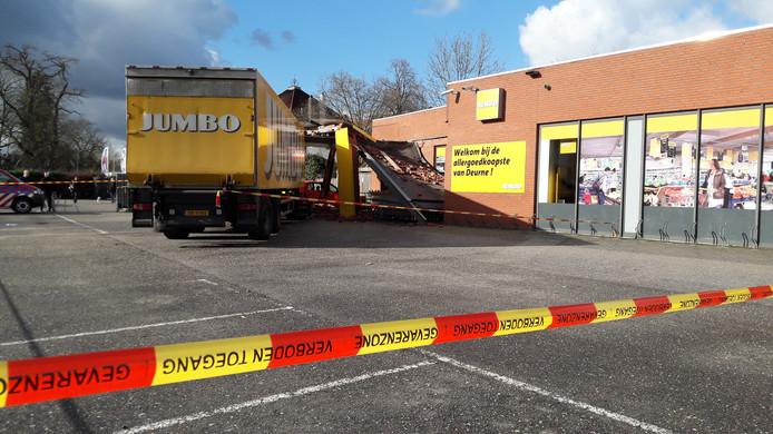 De achterzijde van het Jumbo-filiaal in Deurne is afgezet.