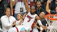 Basketter verliest evenwicht en valt op John Legend en Chrissy Teigen die courtside zitten